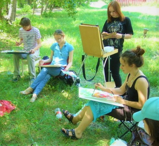 Drawing and painting outdoors at Bodenham Arboretum in Worcestreshire